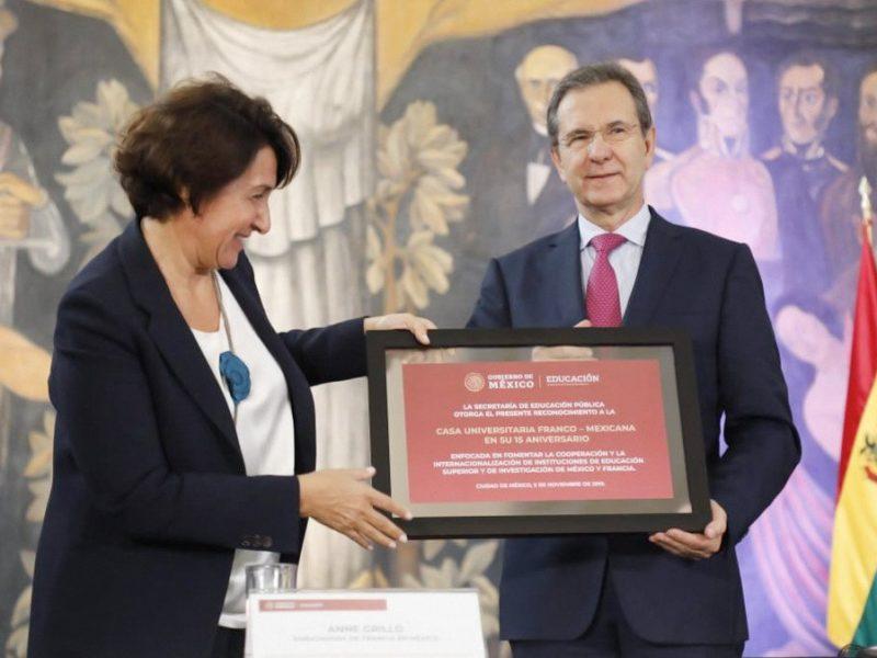 Anne Grillo, ambassadrice de France au Mexique et Esteban Moctezuma Barragán, ministre de l'éducation publique au Mexique, lors de la cérémonie de 15 ans de la MUFRAMEX, à Mexico.